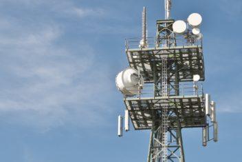 radio masts bild von michael schwarzenberger auf pixabay